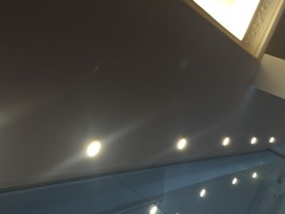 Cielo raso de yeso liso con luz difusa y molduras decoradas
